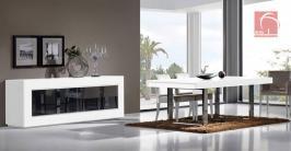 Sala de jantar lacada a branco. Mesa com os pés em inox cromado