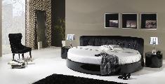 cama cómoda mesa cabeceira tapete camiseiro espelho