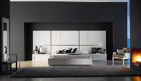 cama cómoda mesa cabeceira espelho tapete camiseiro